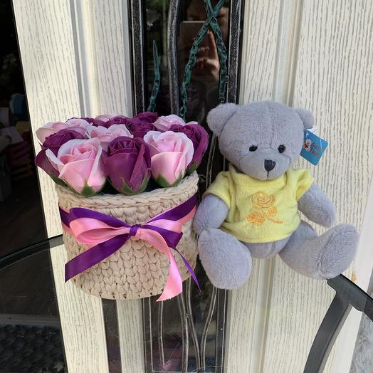 Вязанное кашпо с мыльными розами и медведем: букеты цветов на заказ Flowwow