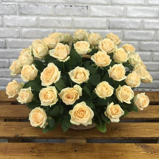51 персиковая роза в корзине: букеты цветов на заказ Flowwow