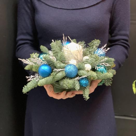Новогодняя композиция со свечей «Снегурочка»: букеты цветов на заказ Flowwow