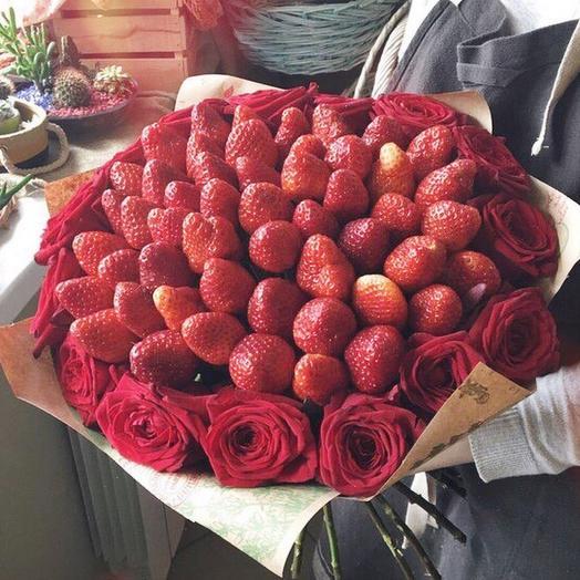 Букет из 15 роз с Клубникой