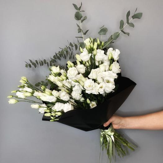 Шикарный букет из лизиантуса и эвкалипта: букеты цветов на заказ Flowwow