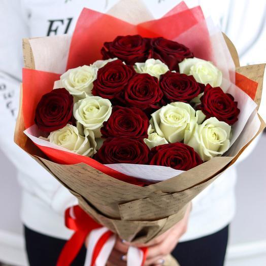 Розы. Букет из 19 красных и белых роз (микс). N659