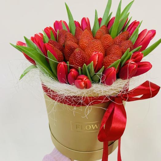 Свежая клубника с тюльпанами в Шляпной коробке