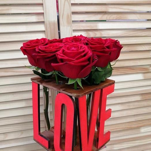 """Деревянный бокс с надписью """"LOVE"""" с розами в колбе"""