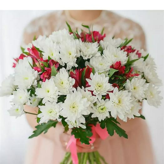 A bouquet of white chrysanthemums and alstromerias