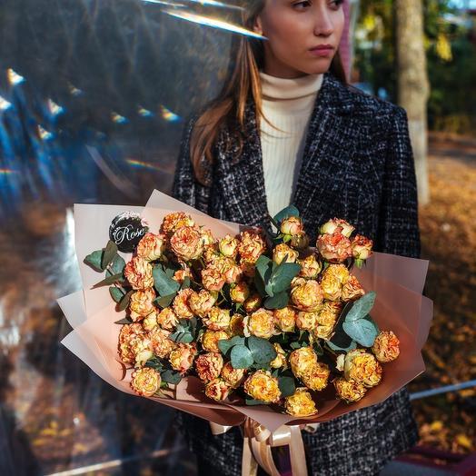 Букет из кустовых роз Шоу Флоу с эвкалиптом