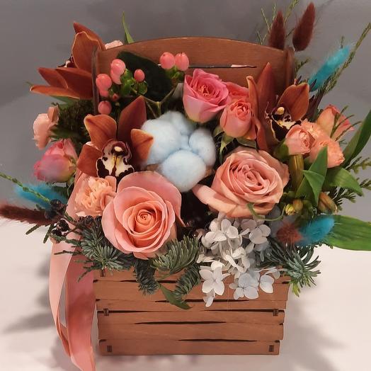Ящичек с хлопком и персиковыми розами