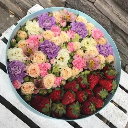 Цветы с клубникой в коробке