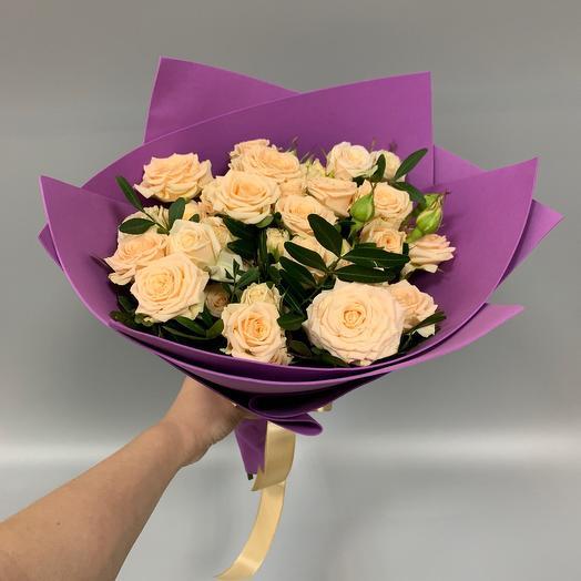 Букет из 9 кустовых роз и зелени