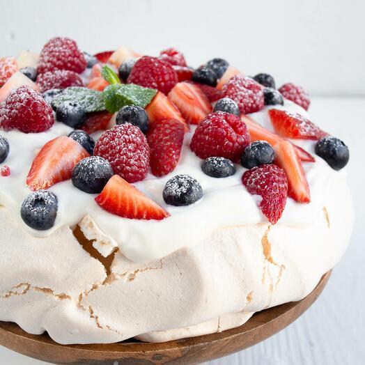 Безе Павлова со свежими ягодами