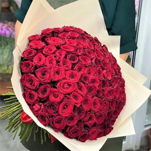 101 роза в дизайнерской упаковке