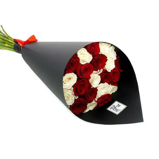 25 красно-белых роз в кульке 40 см