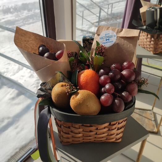 Корзина с фруктами и орешками