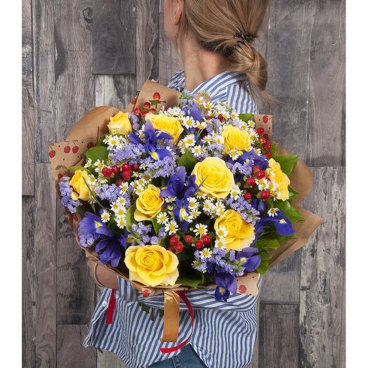 """Букет """"Ассорти"""" из розы, ириса, статицы, гиперикума, ромашки"""