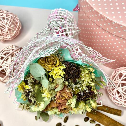Эко букет в розовой упаковке с кустовыми розами