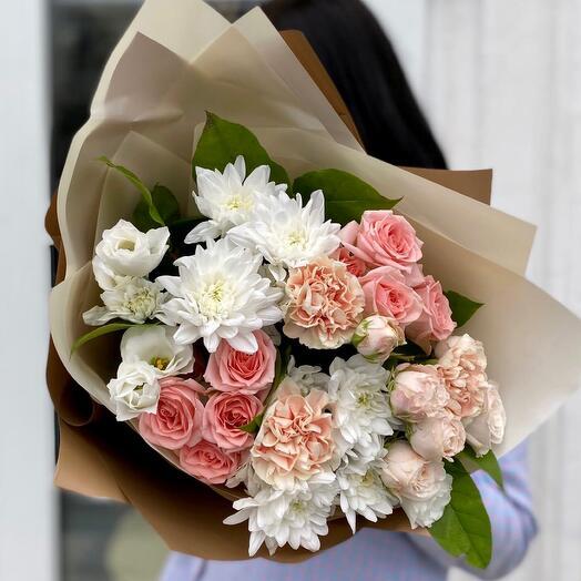 Букет из нежных роз и диантусов