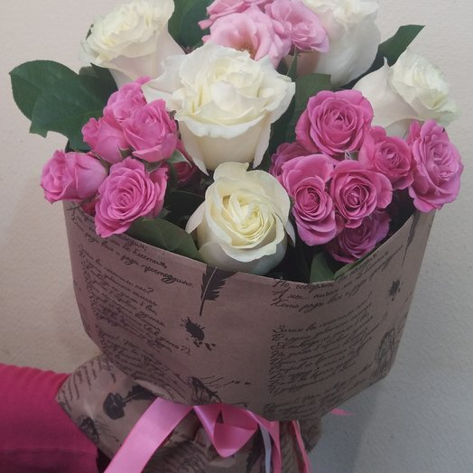 Букет из кустовых и белых роз