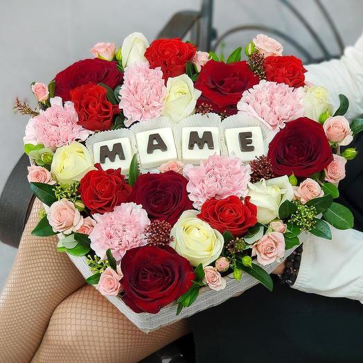 """Композиция из роз с шоколадными буквами """"Маме"""": букеты цветов на заказ Flowwow"""
