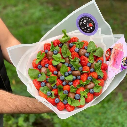 Букет из клубники в шоколаде с мятой и голубикой для 1 сентября: букеты цветов на заказ Flowwow