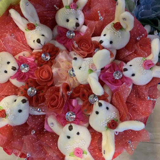 Букет из мягких игрушек-зайчики: букеты цветов на заказ Flowwow