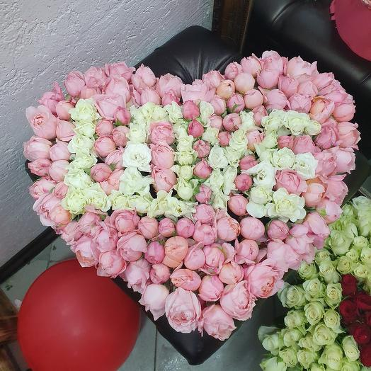 Коробочка сердеце из кустовых пионовидных роз: букеты цветов на заказ Flowwow