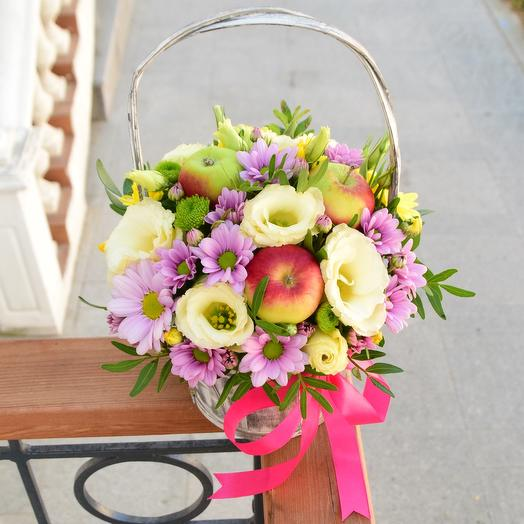 Корзинка с цветами и яблоками