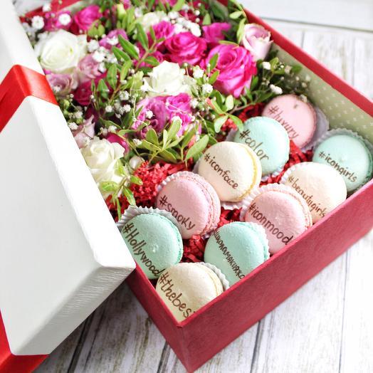 Коробка с цветами и макаронс средняя