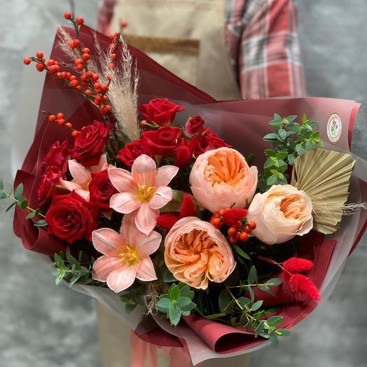 Яркий букет с мраморными тюльпанами,ягодами Илекса и пионовидной розой Джульетта