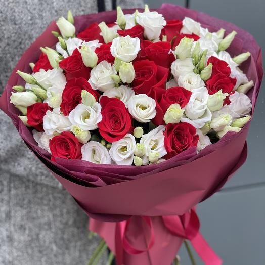 Букет Бергамо из красных роз и эустомы