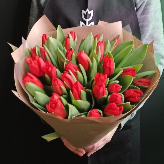 33 красных тюльпана
