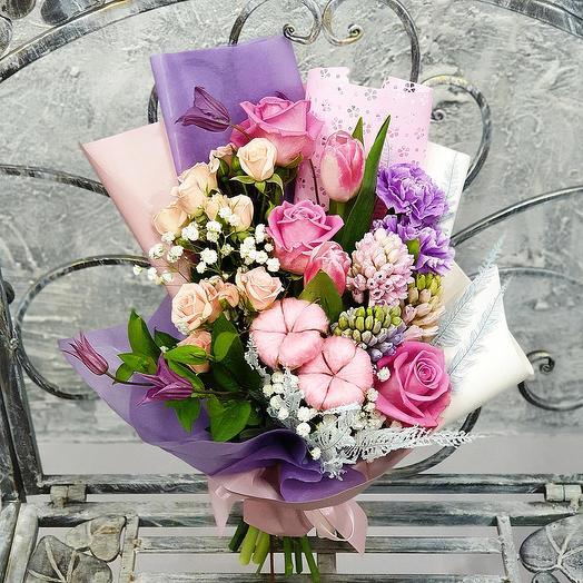 Нежный букет из роз и гиацинтов