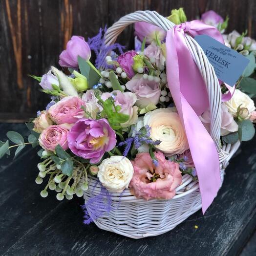 Корзина с лютиками, пионовидными тюльпанами и эустомоц в весеннем стиле