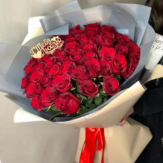 Букет из 51 красной розы в дизайнерской упаковке