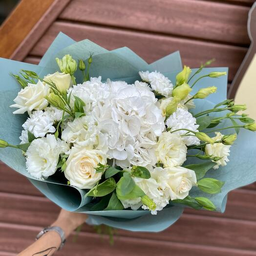 Букет с гортензией и розами «Свежесть»