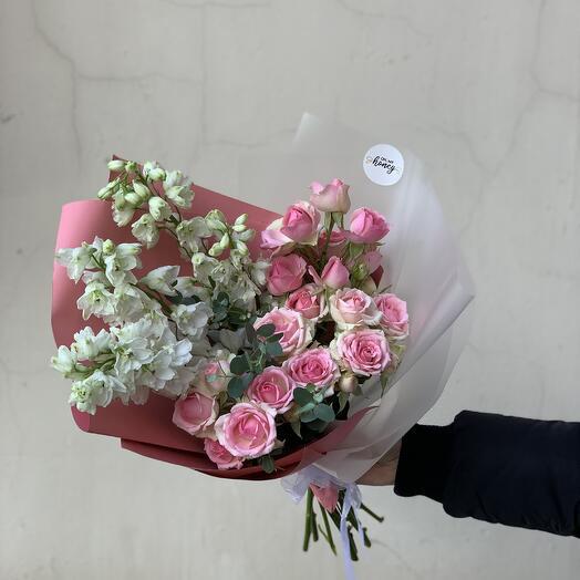 Букет с кустовыми розами и дельфиниумом