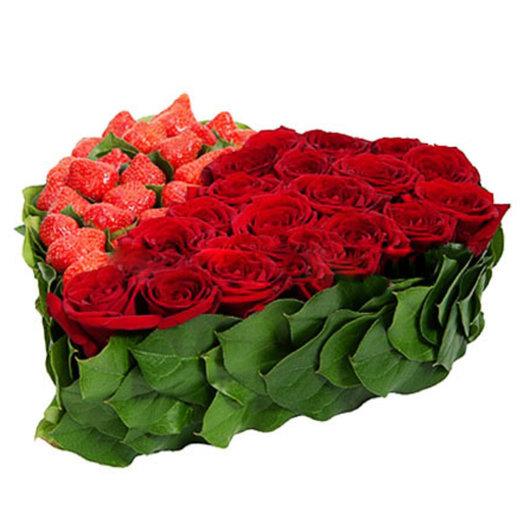 Композиция Красное сердце с клубникой: букеты цветов на заказ Flowwow