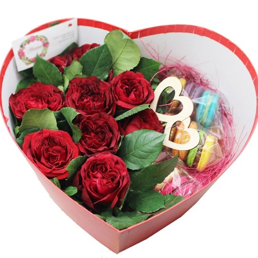Коробочка с цветами и макарунами 35: букеты цветов на заказ Flowwow