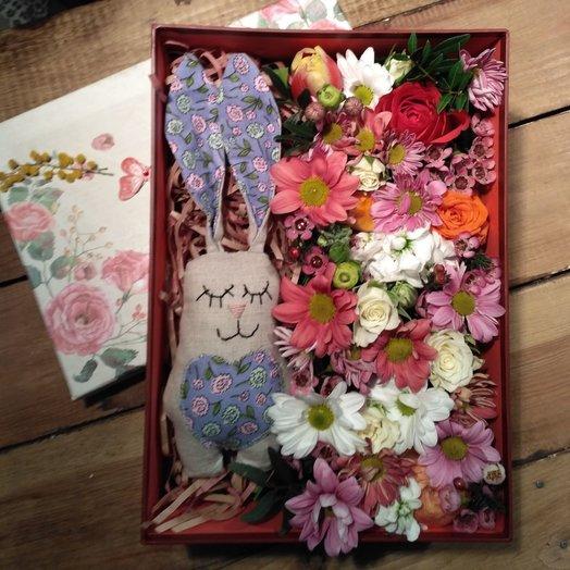 Коробочка Заяц на поляне: букеты цветов на заказ Flowwow