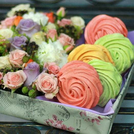 Композиция в квадратной коробке с безе: букеты цветов на заказ Flowwow