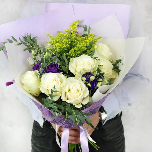 Букет из роз и лизиантусов с листьями эвкалипта