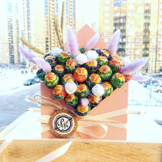 Композиция из чупа-чупсов в деревянном конверте: букеты цветов на заказ Flowwow
