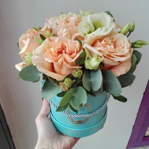Шляпная коробка с бежевыми розами: букеты цветов на заказ Flowwow