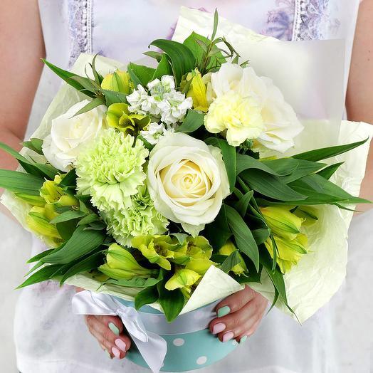 Композиция из роз, альстромерий и маттиолы в шляпной коробке: букеты цветов на заказ Flowwow