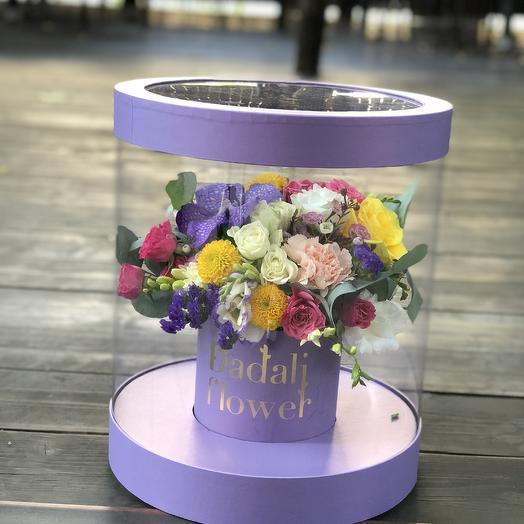 Цветы в шляпной прозрачной коробке