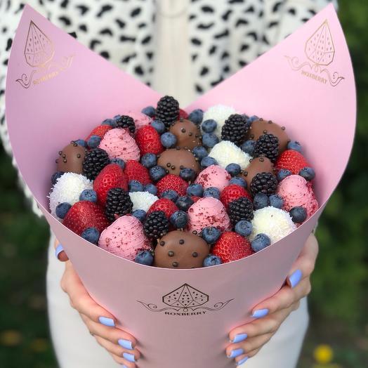 Букет из клубники, ягод и шоколада «Комбо» размер М в розовой бумаге