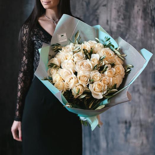 Монобукет из 29  роз с веточками оливы: букеты цветов на заказ Flowwow