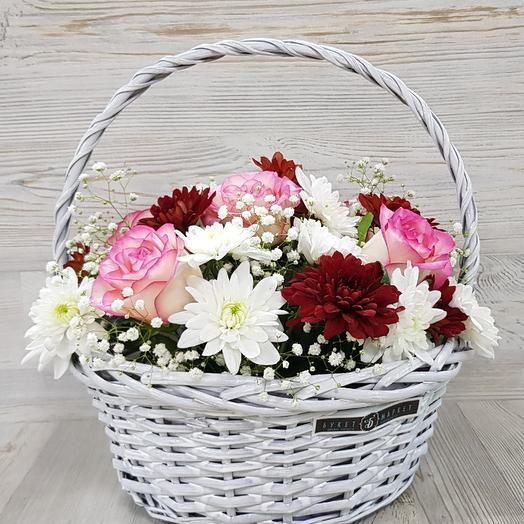 Корзина с кустовой хризантемой и розой