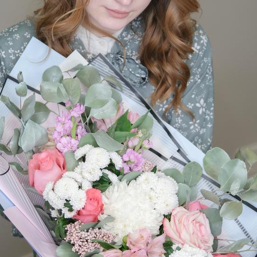 Букет с хризантемами  и эвкалиптом