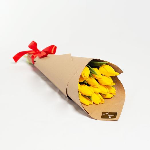 15 желтых тюльпанов в крафт-бумаге: букеты цветов на заказ Flowwow