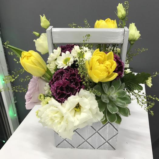 Композиция в ящичке с суккулентами эустомой тюльпанами хризантемой яркими гвоздиками и зеленью: букеты цветов на заказ Flowwow